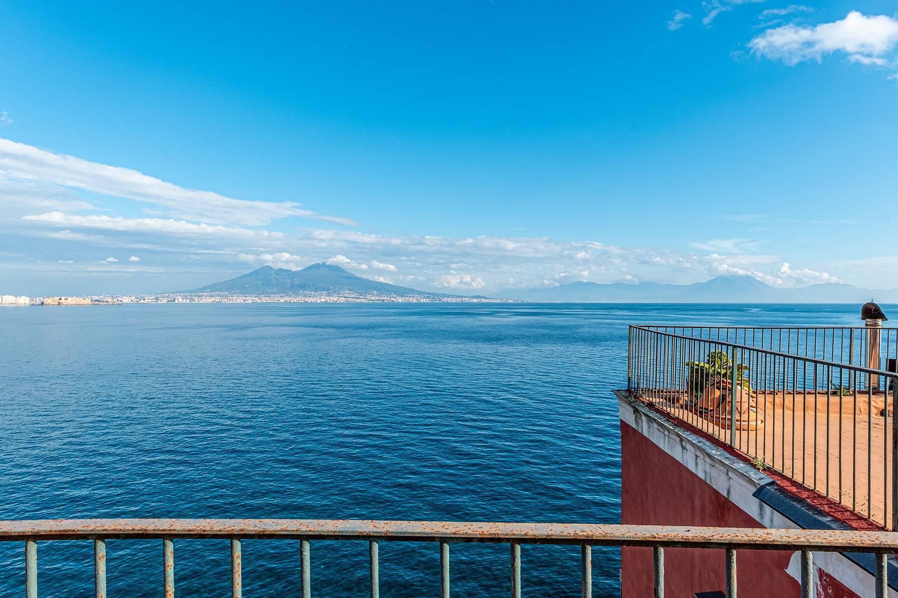 Первая линия моря! Потрясающие апартаменты в старинной вилле в Неаполе, Италия - 25