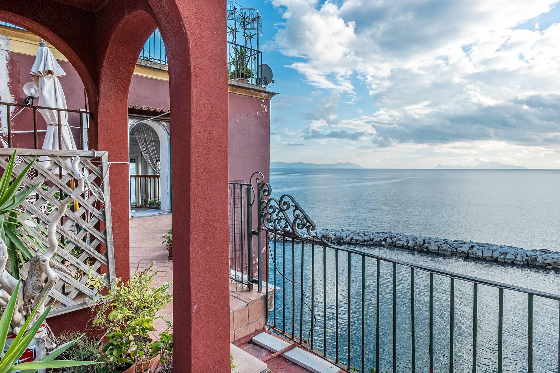 Первая линия моря! Потрясающие апартаменты в старинной вилле в Неаполе, Италия - 26