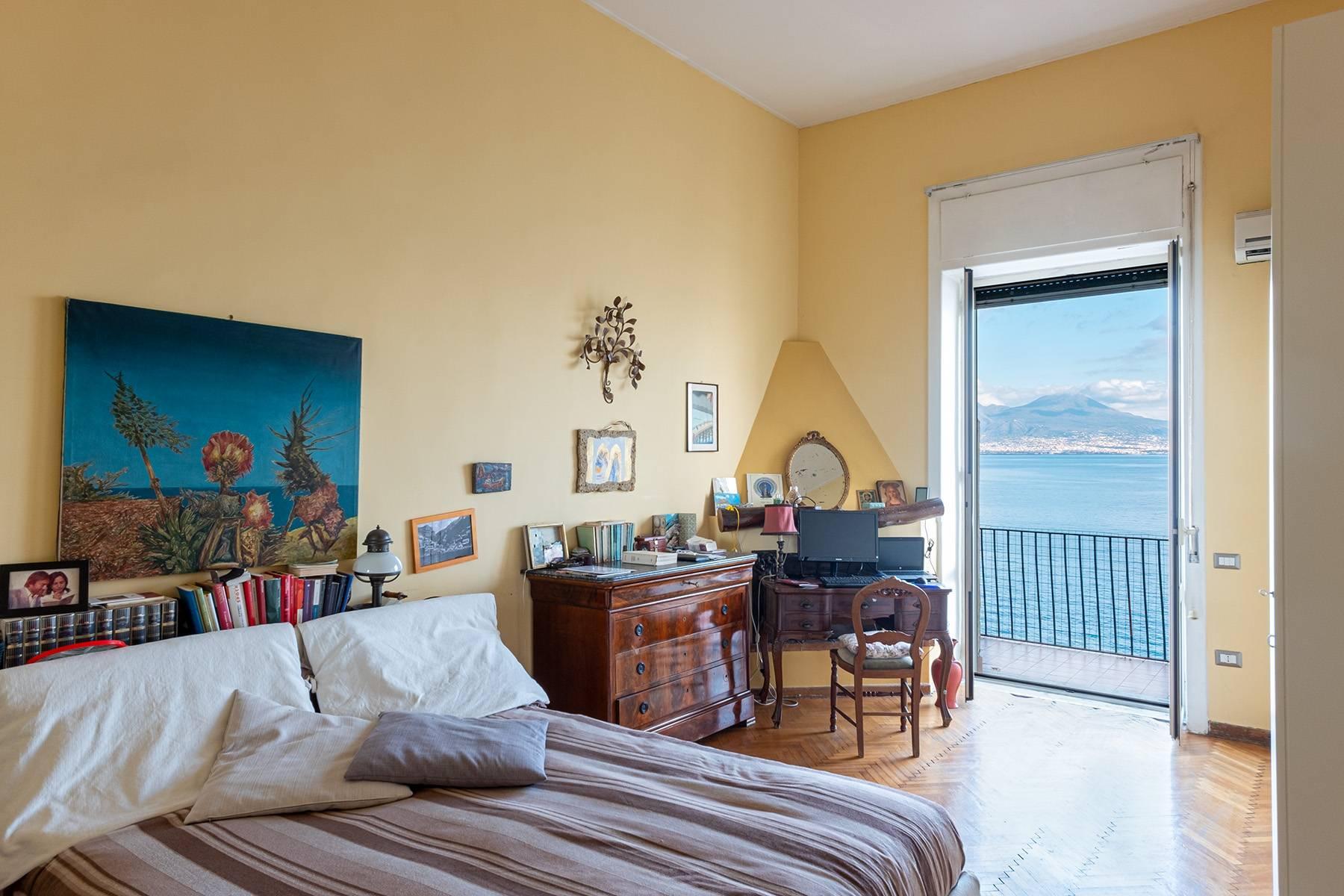 Первая линия моря! Потрясающие апартаменты в старинной вилле в Неаполе, Италия - 18