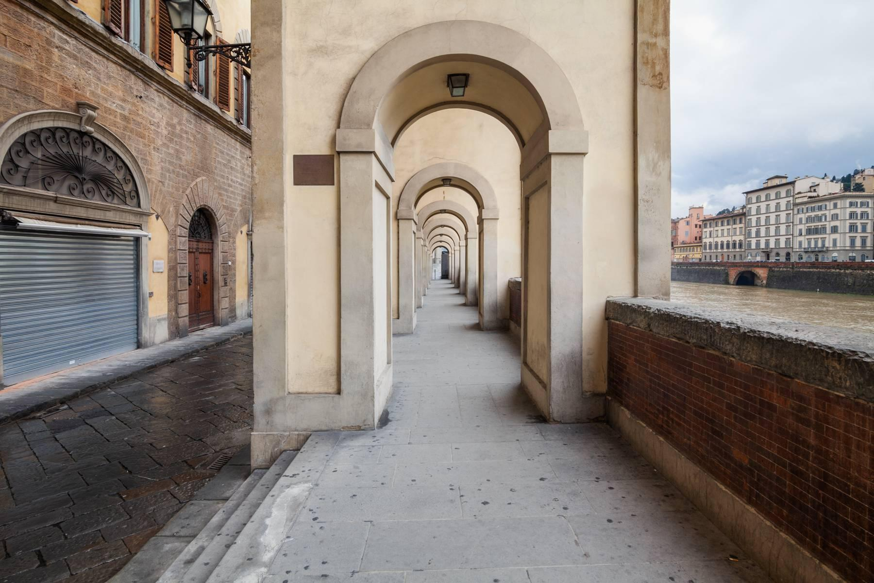 Large apartment in a historic building on Ponte Vecchio - 17