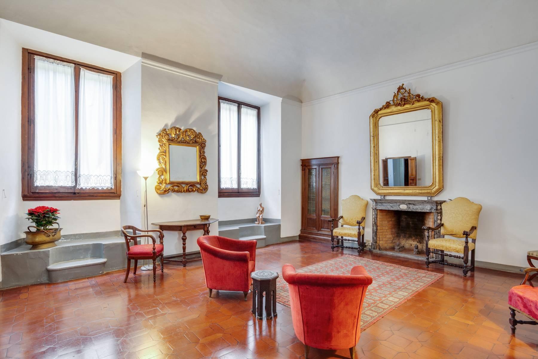 Просторный апартамент в историческом здании на Понте Веккьо - 1
