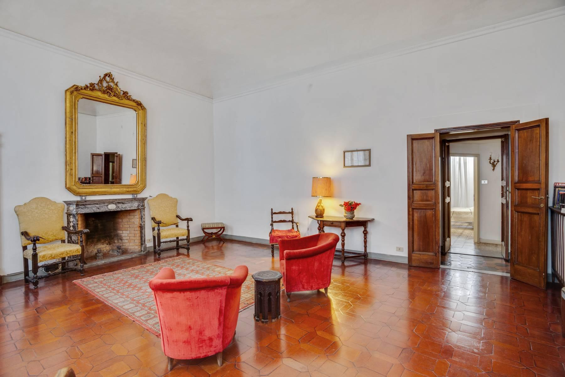 Large apartment in a historic building on Ponte Vecchio - 4