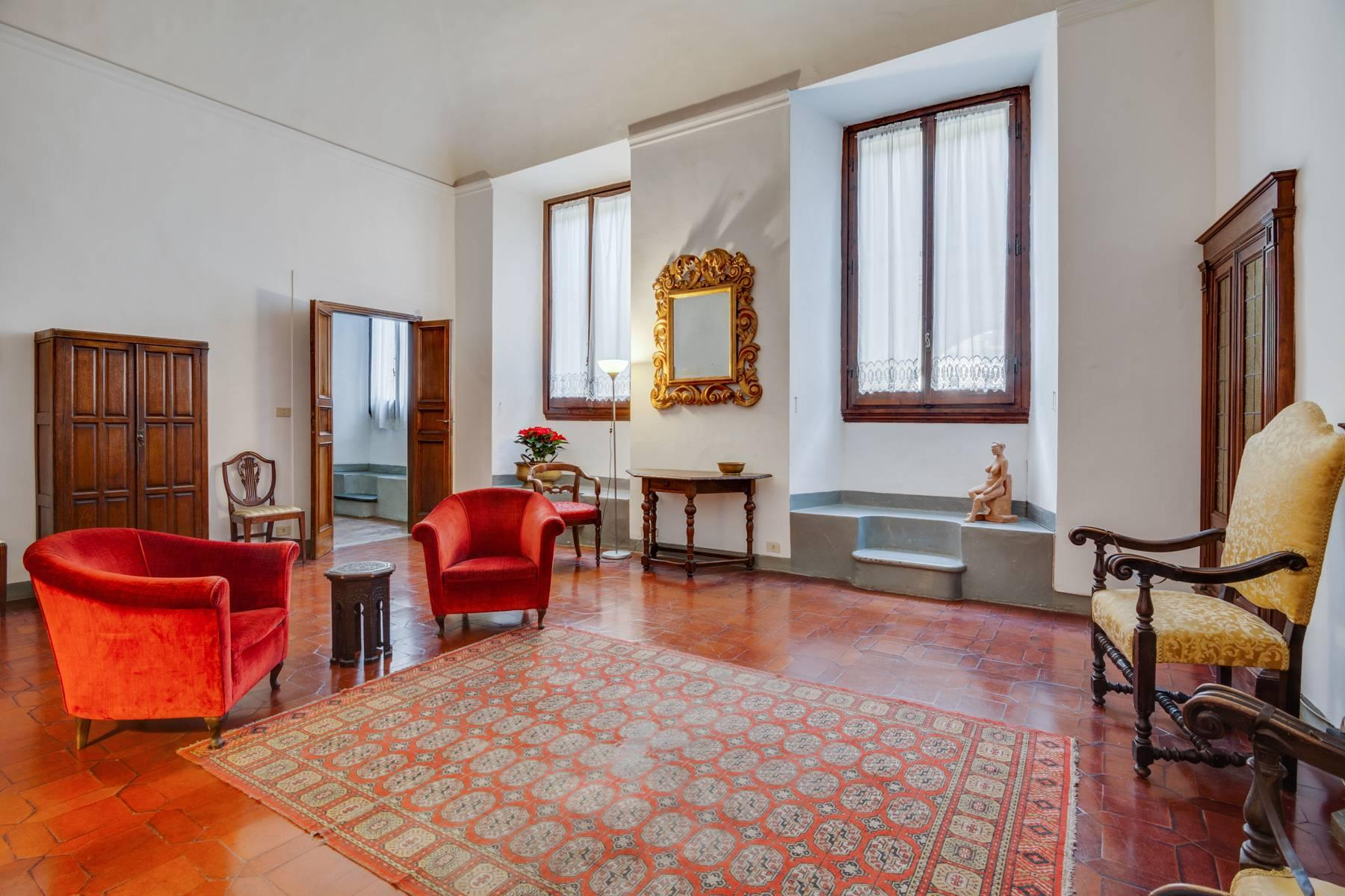 Large apartment in a historic building on Ponte Vecchio - 2