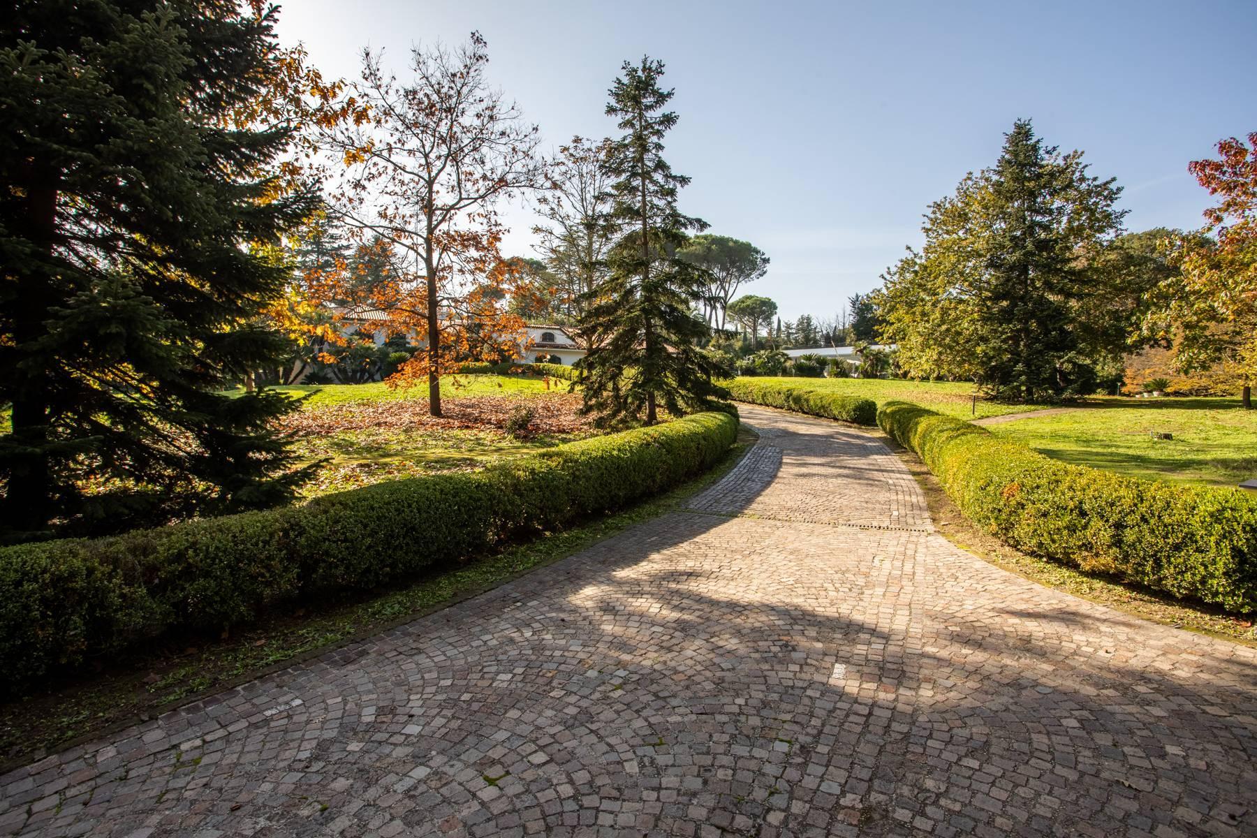 Herrliche Villa, umgeben von viel Grün - 51