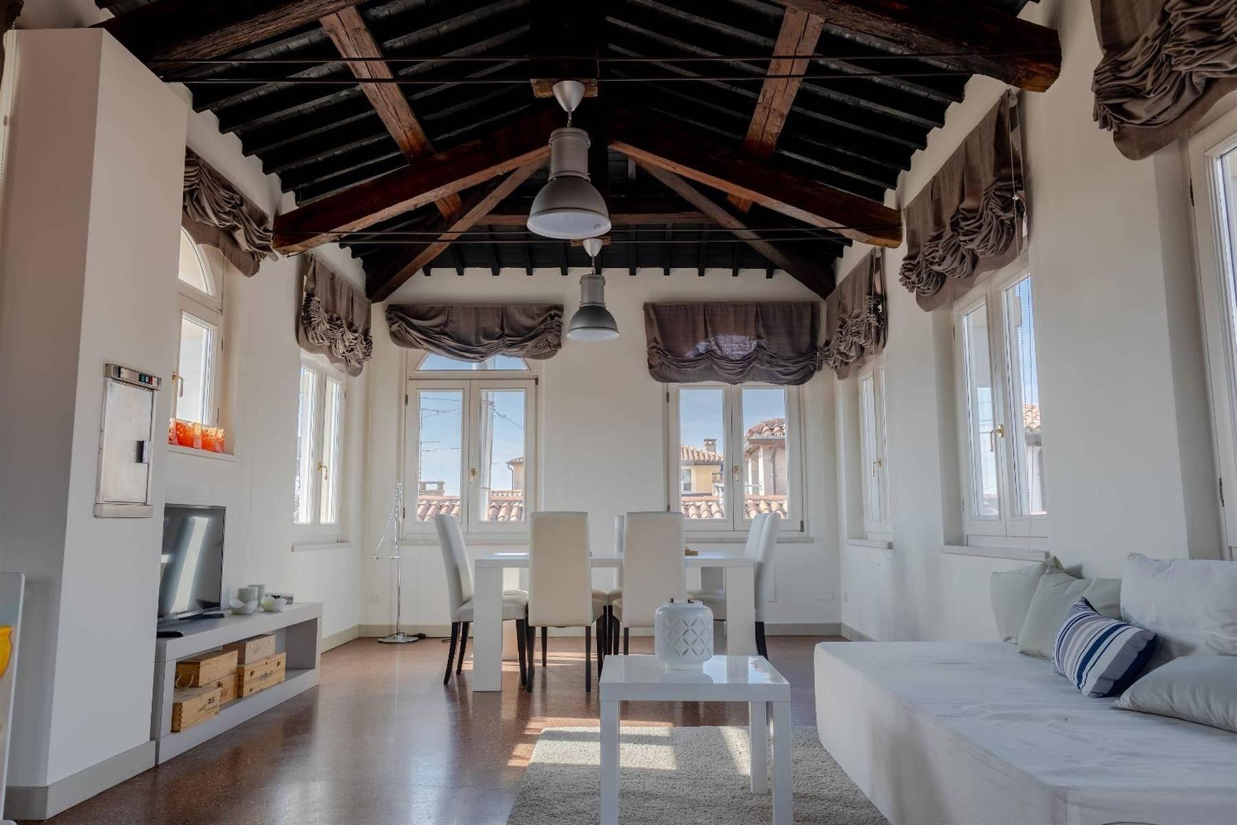 位于维罗纳(Verona)中心的典雅顶层公寓 - 1