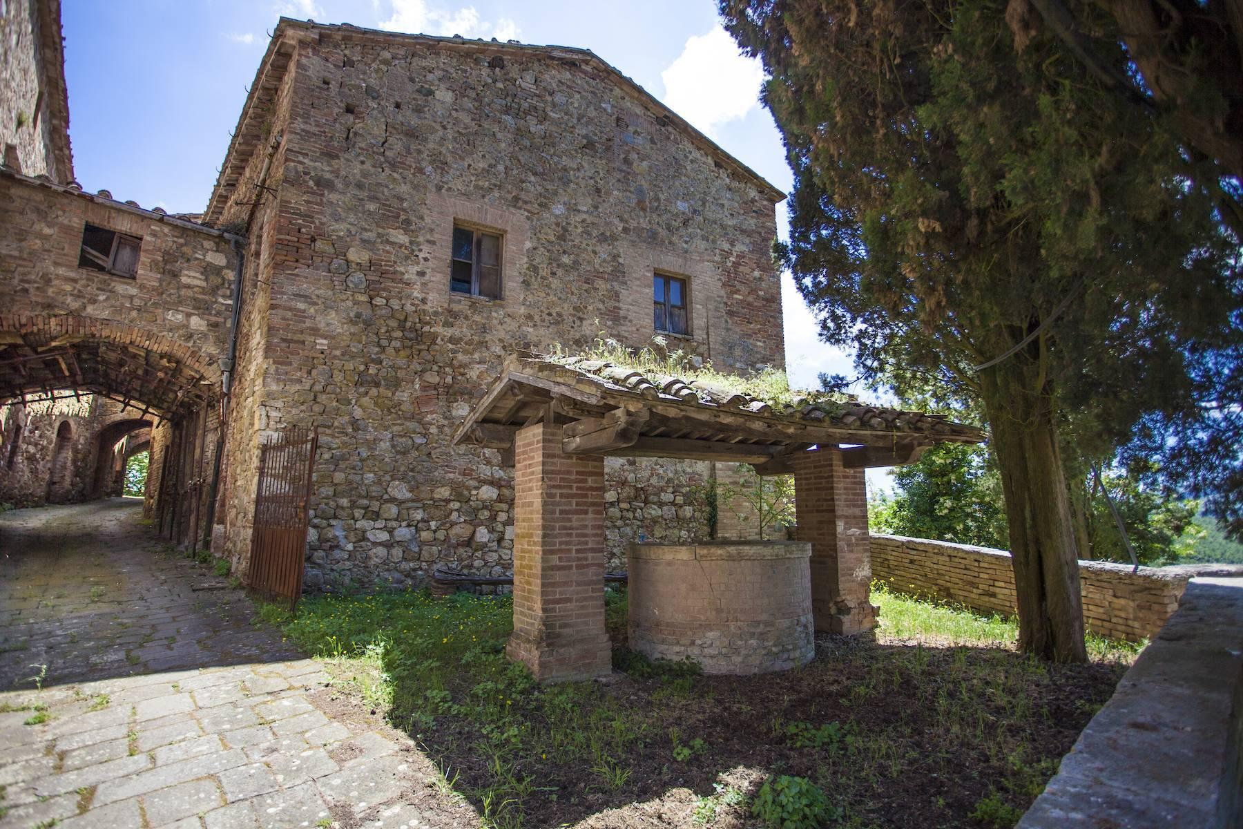 Herrliches Schloss mit Burg aus dem 12. jahrhundert auf dem Land von Siena - 5