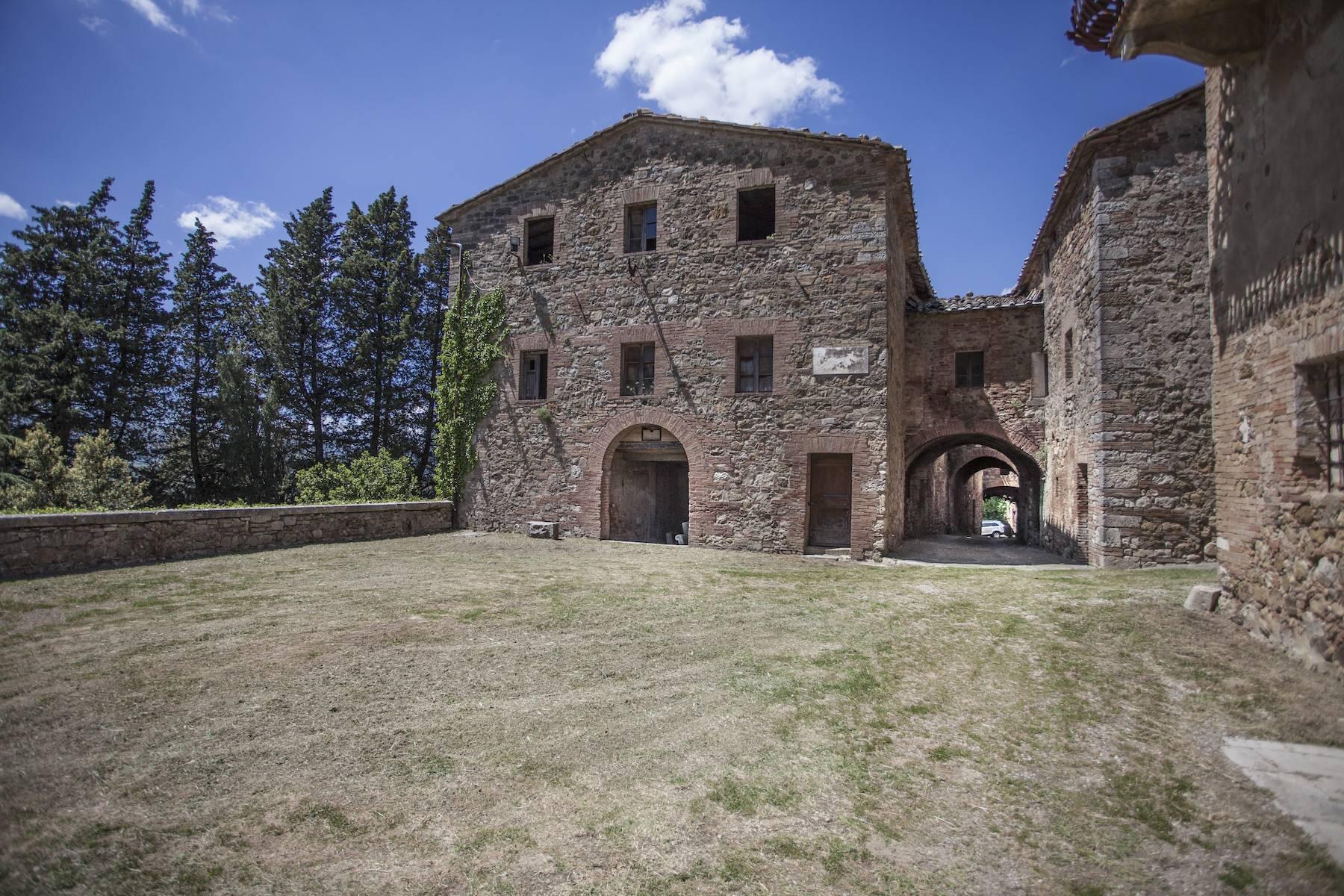 Herrliches Schloss mit Burg aus dem 12. jahrhundert auf dem Land von Siena - 3