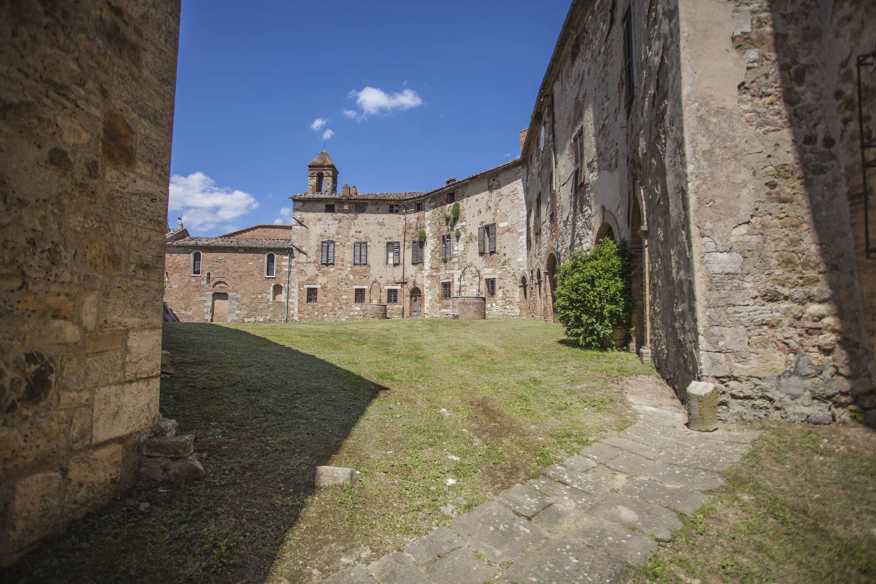 Herrliches Schloss mit Burg aus dem 12. jahrhundert auf dem Land von Siena - 4