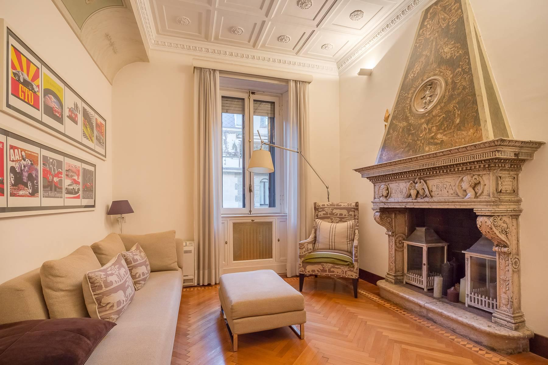 Elegant apartment with terrace in a prestigious period building - 4