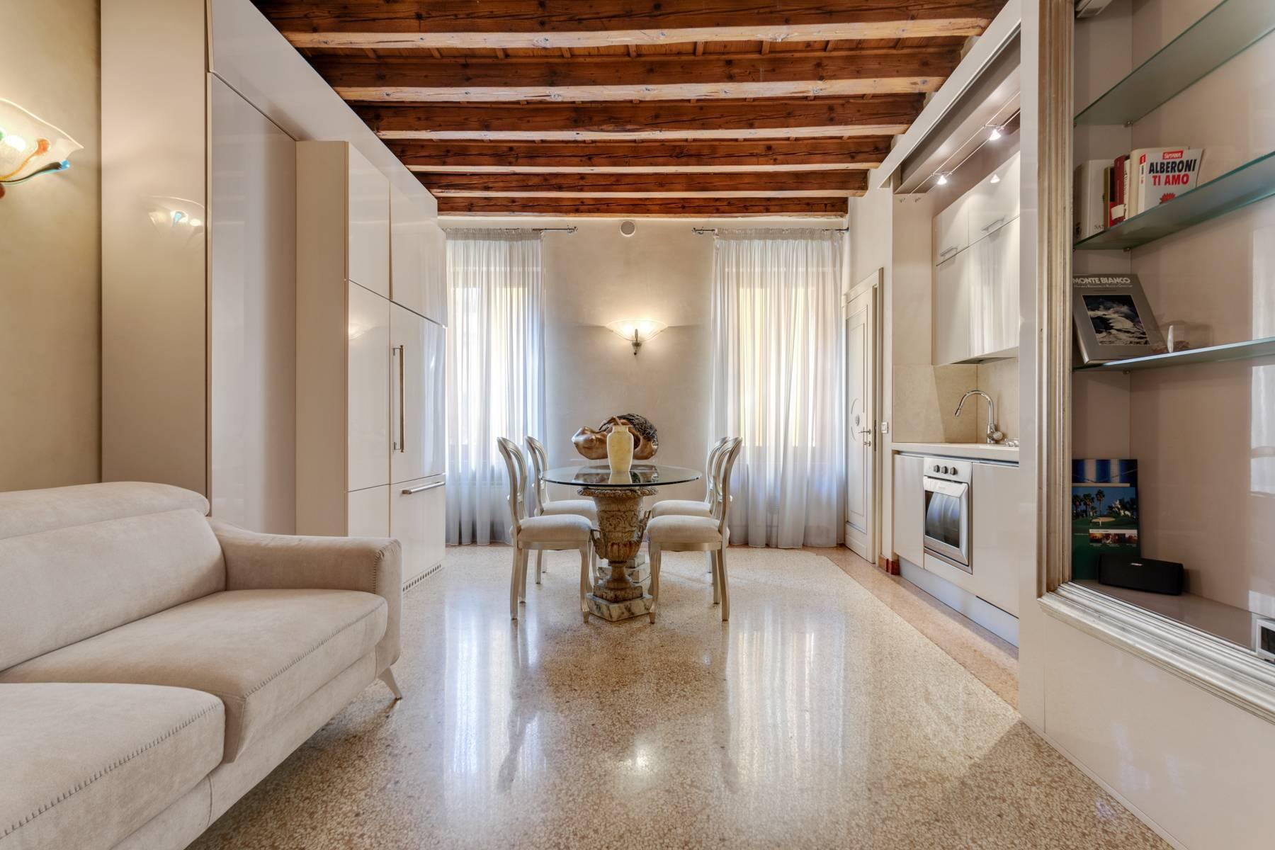Exquisite apartment just few steps away from Piazza delle Erbe - 1