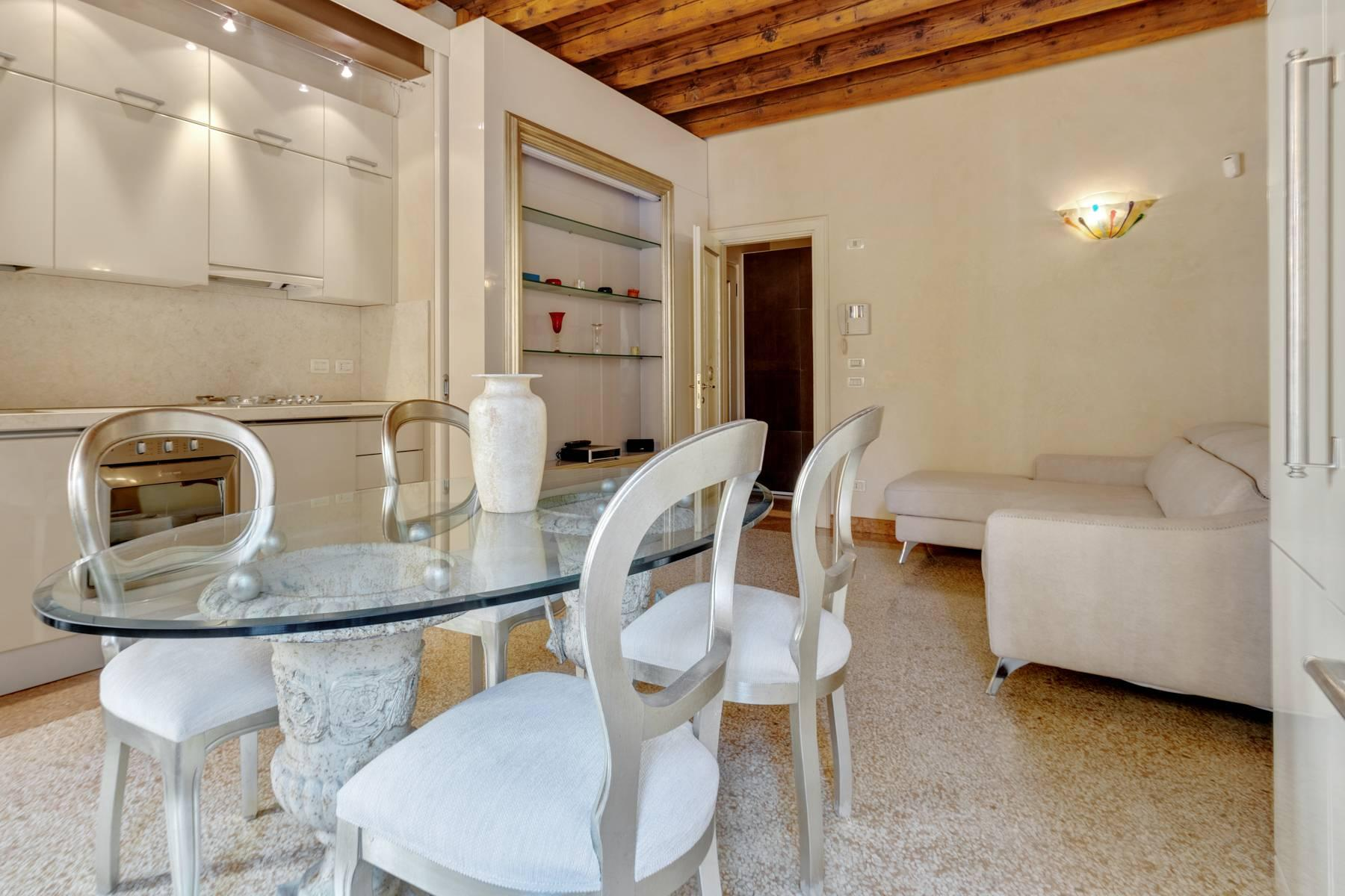 Exquisite apartment just few steps away from Piazza delle Erbe - 3