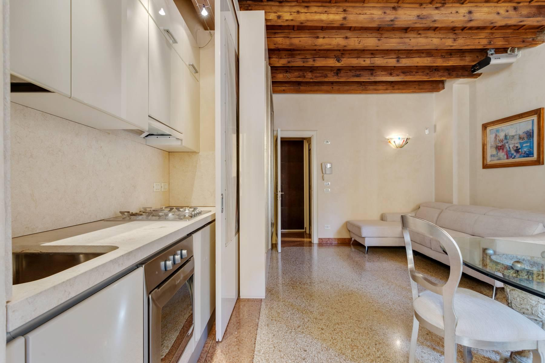 Exquisite apartment just few steps away from Piazza delle Erbe - 7