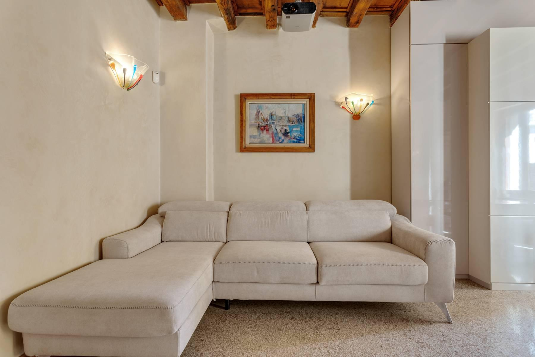 Exquisite apartment just few steps away from Piazza delle Erbe - 4