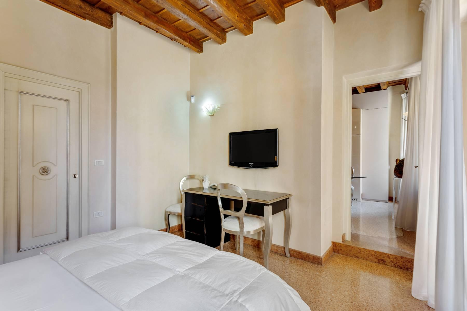 Exquisite apartment just few steps away from Piazza delle Erbe - 14