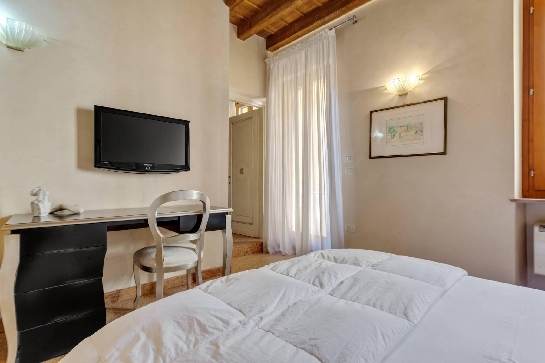 Exquisite apartment just few steps away from Piazza delle Erbe - 13