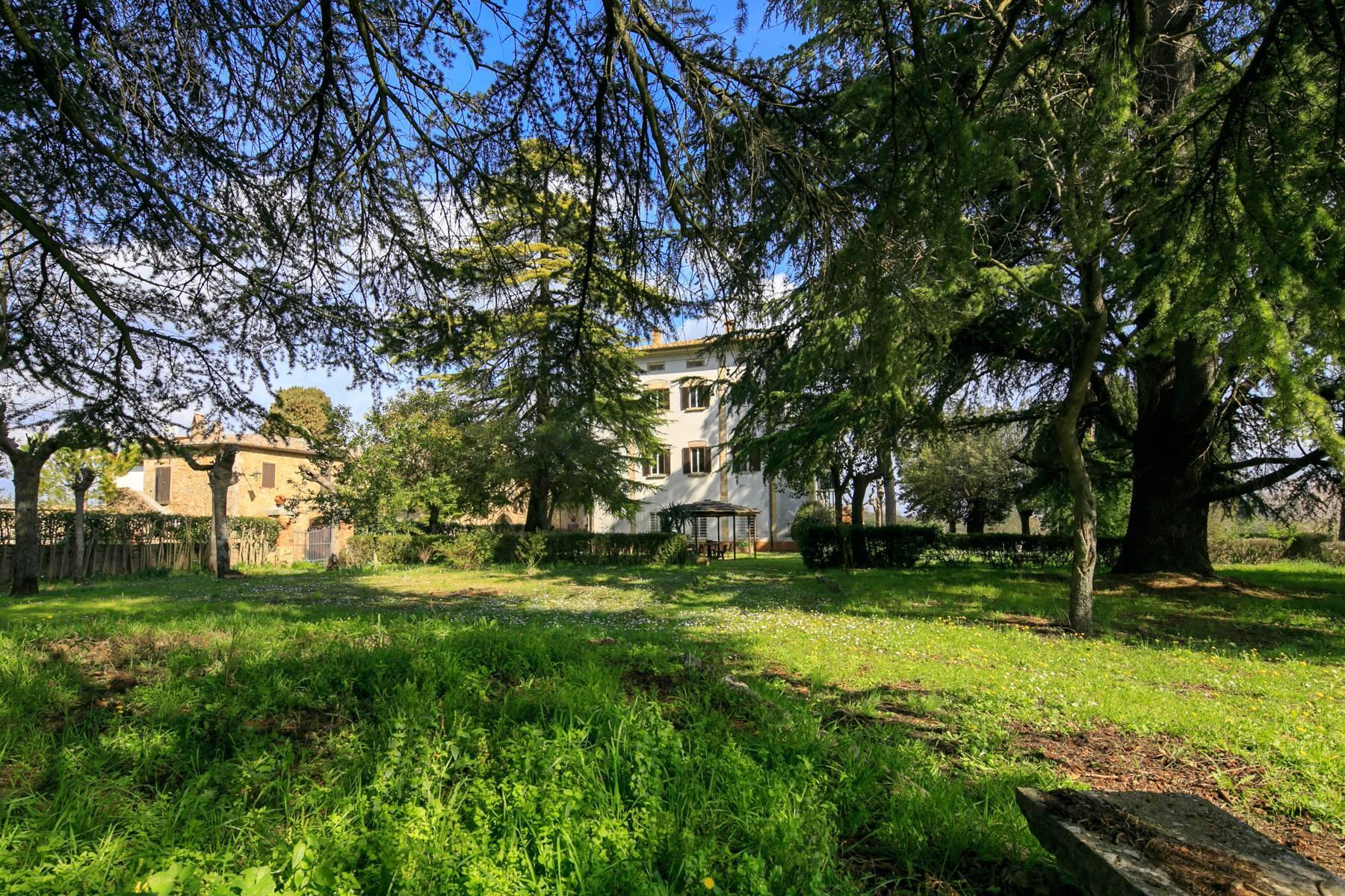 Prächtige historische Villa mit neoklassizistischer Kapelle und Park - 25