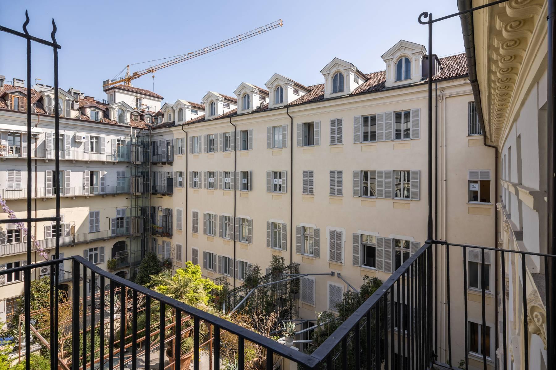 Bright apartment in Piazza San Carlo - 8