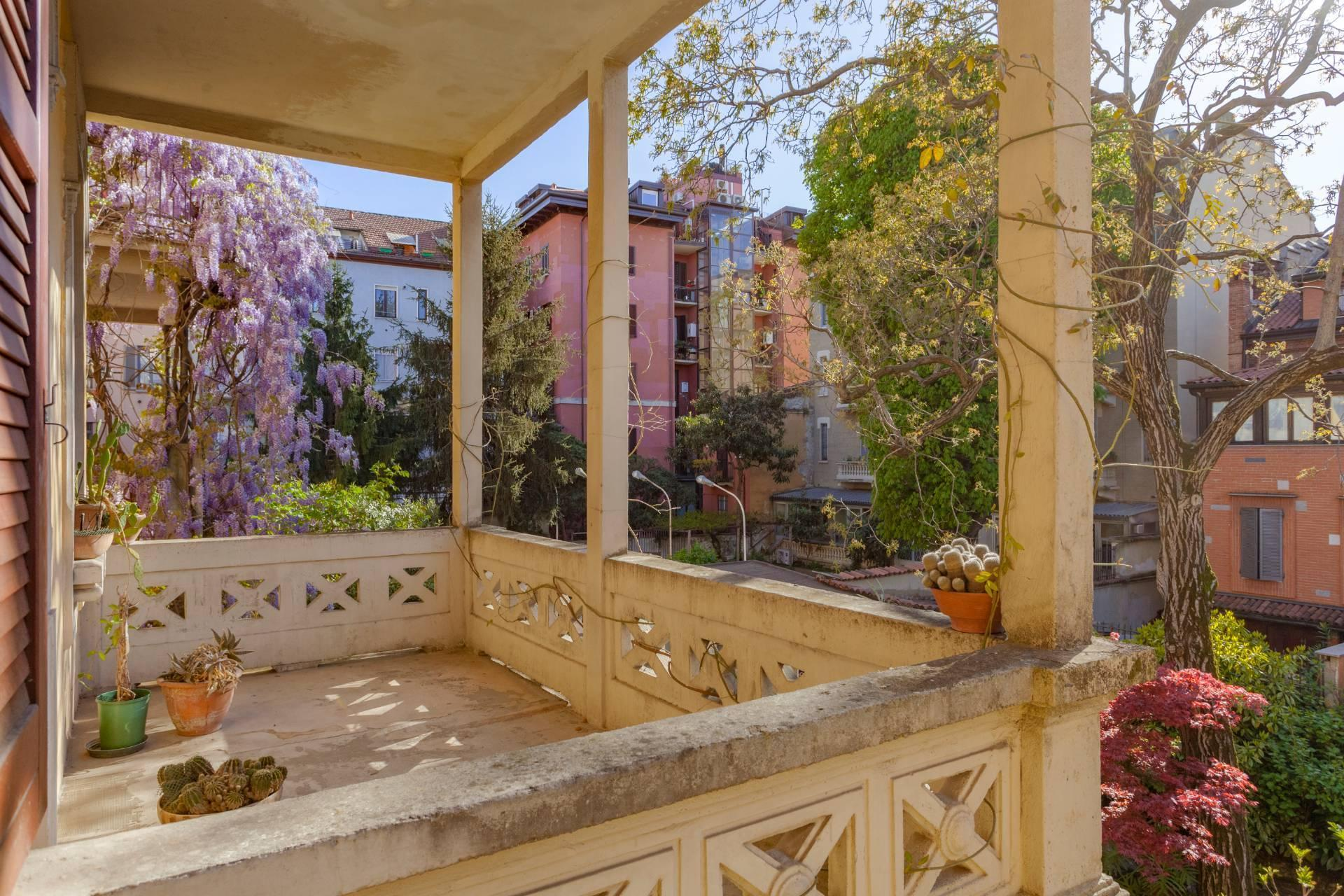 Elegant residence overlooking a lush flower garden - 7