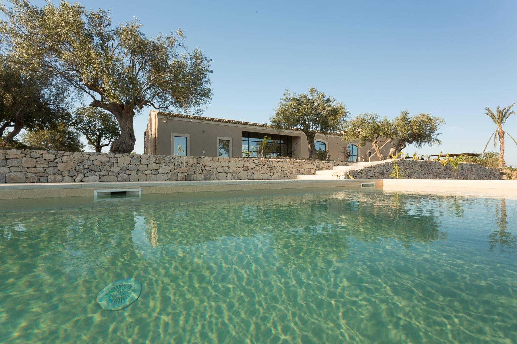 Lussuosissimo casale di design con piscina in Val di Noto - 3