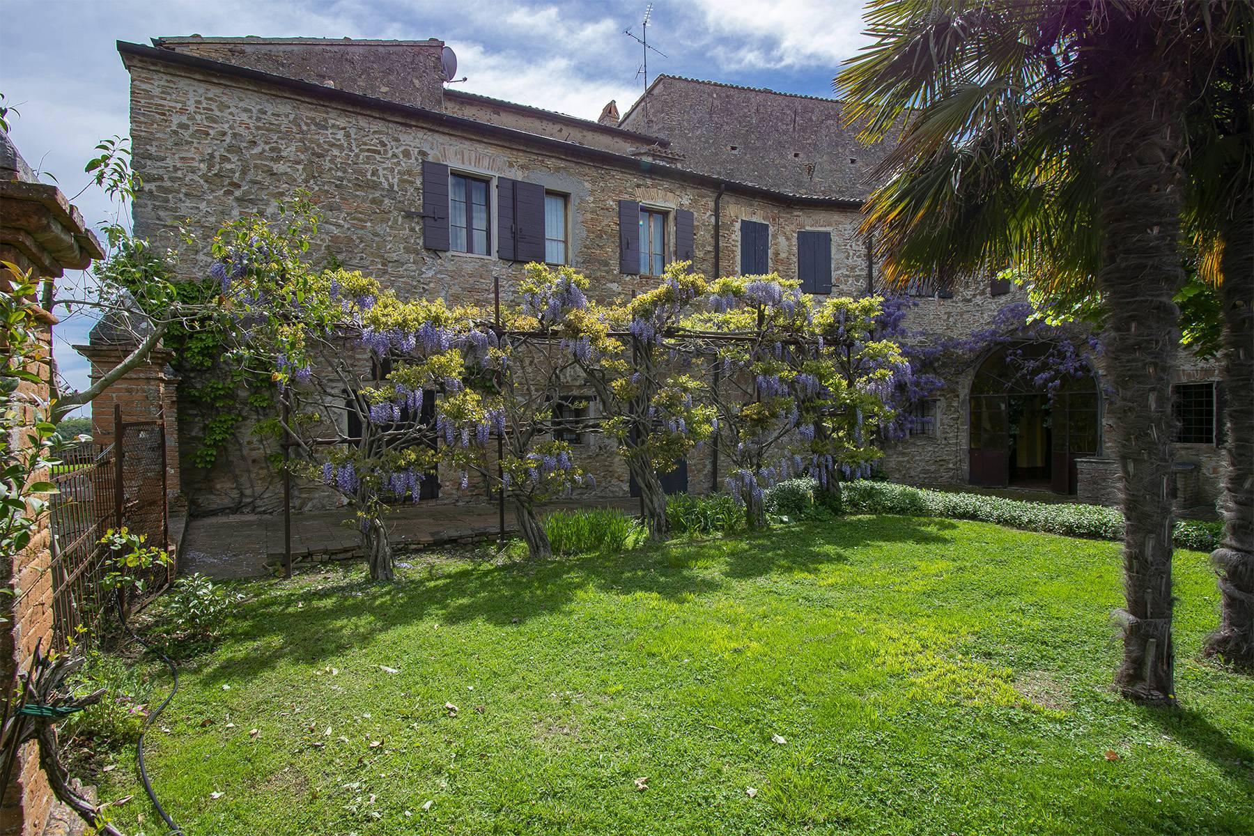 Magnifico castello del 1200 che domina l'antico villaggio di Monteleone - 34