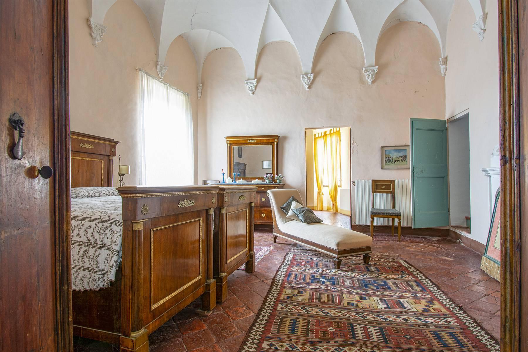 Magnifico castello del 1200 che domina l'antico villaggio di Monteleone - 23