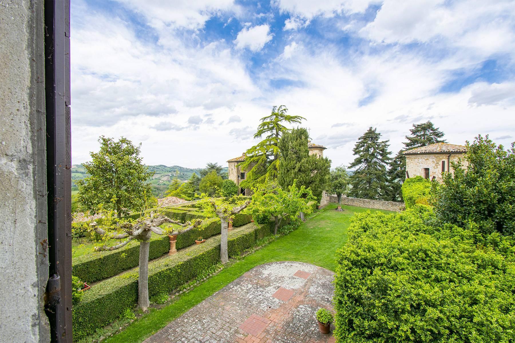 Magnifico castello del 1200 che domina l'antico villaggio di Monteleone - 37