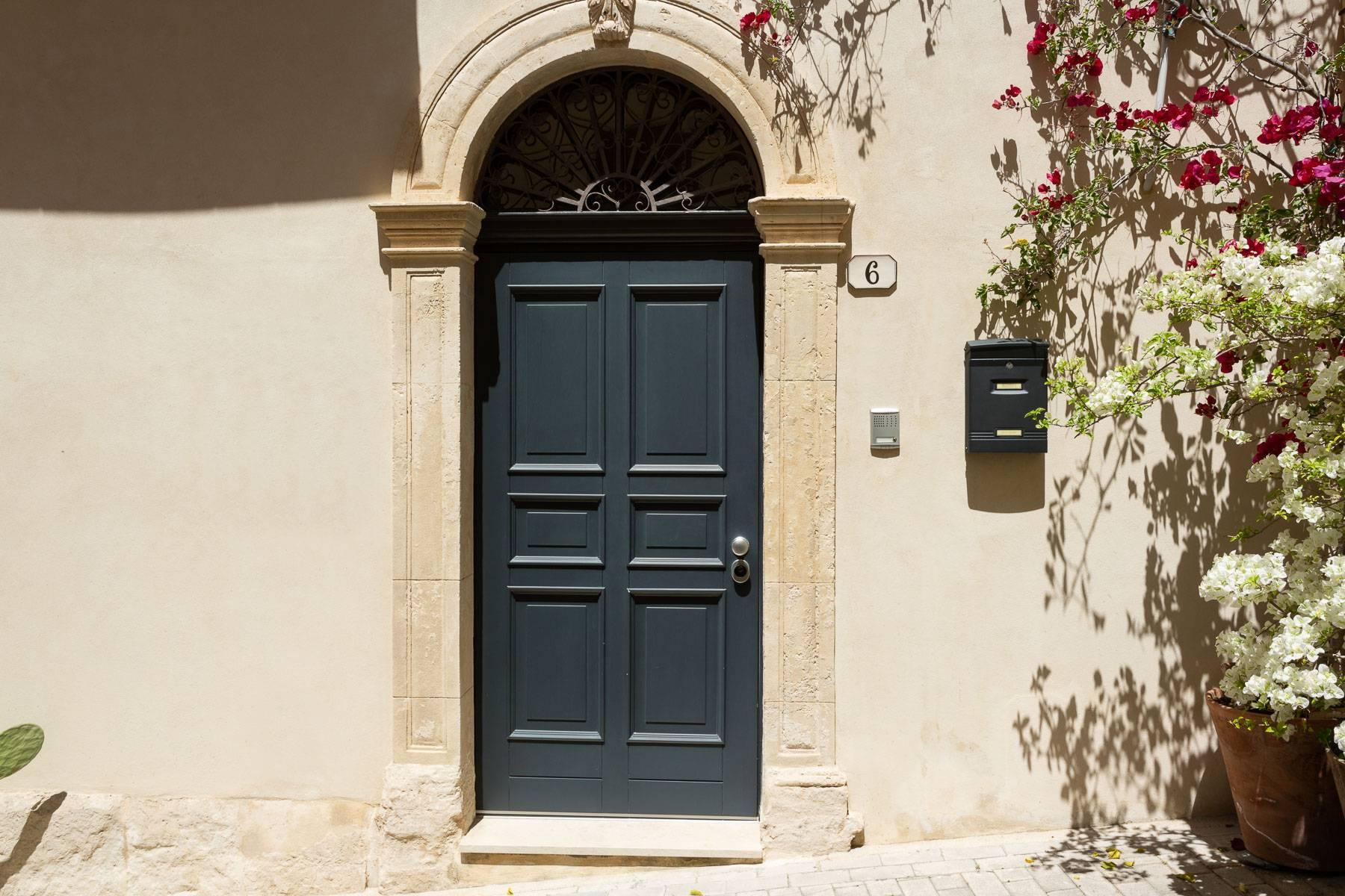 Old building in the historical center of Noto. - 15