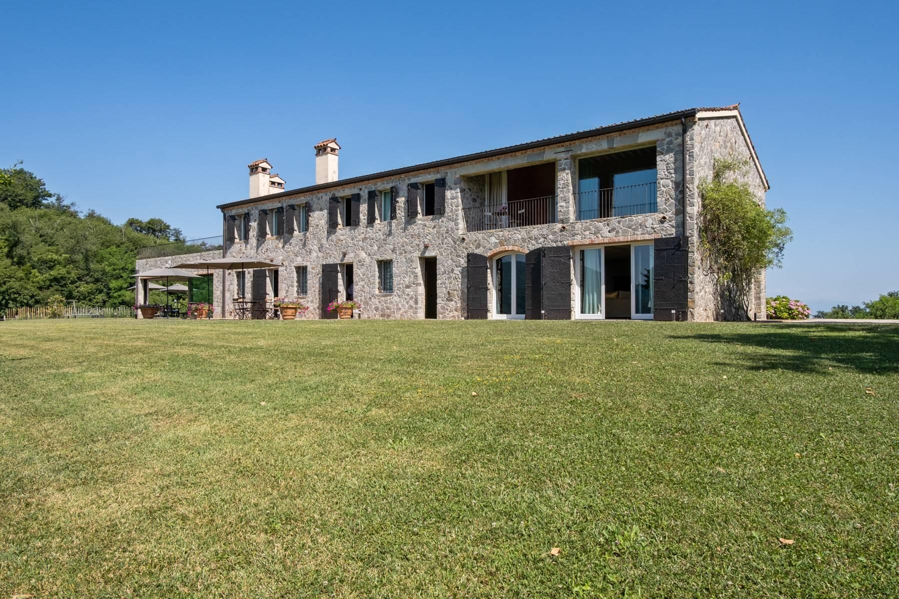 Fabelhaft renoviertes Bauernhaus auf den Hügeln mit Schwimmbad und landwirtschaftlichem Anwesen mit Weinbergen - 1