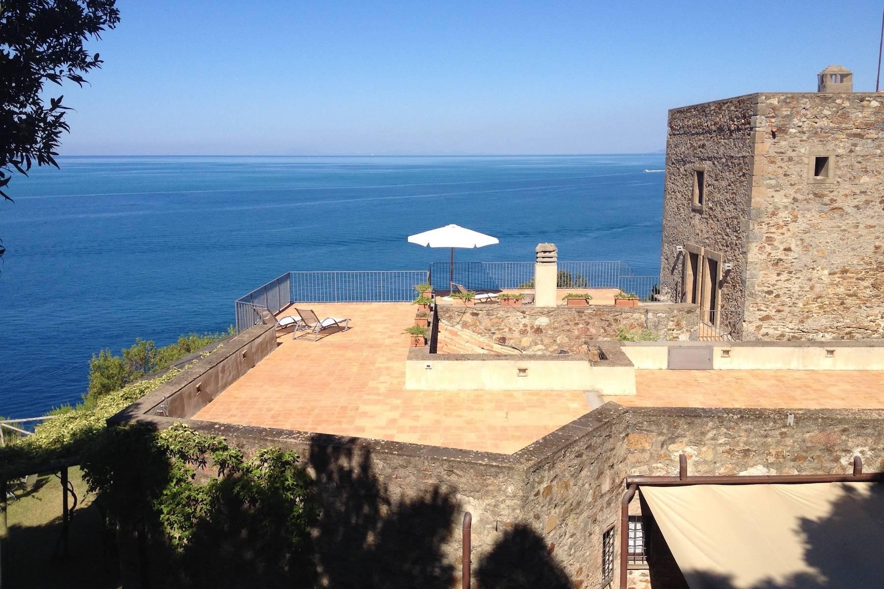 Antica torre di avvistamento del XV secolo a picco sul mare - 1
