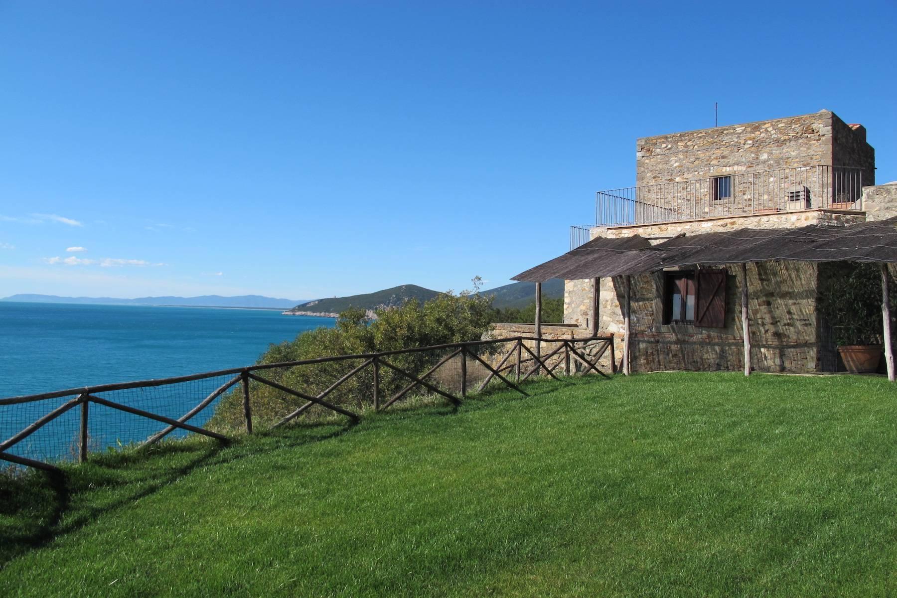 Alter Wachturm aus dem fünfzehnten Jahrhundert mit Blick auf das Meer - 15