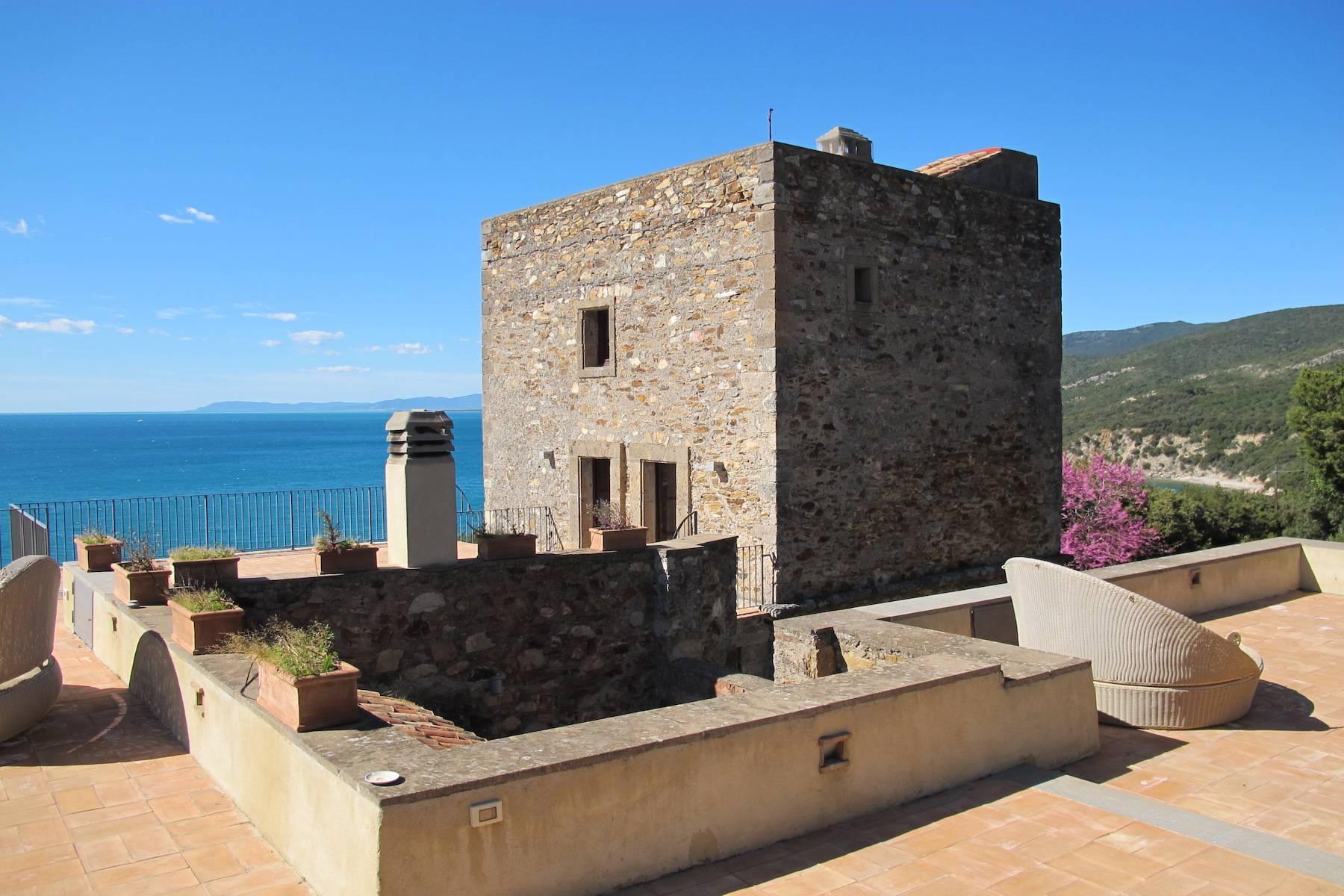 Antica torre di avvistamento del XV secolo a picco sul mare - 2