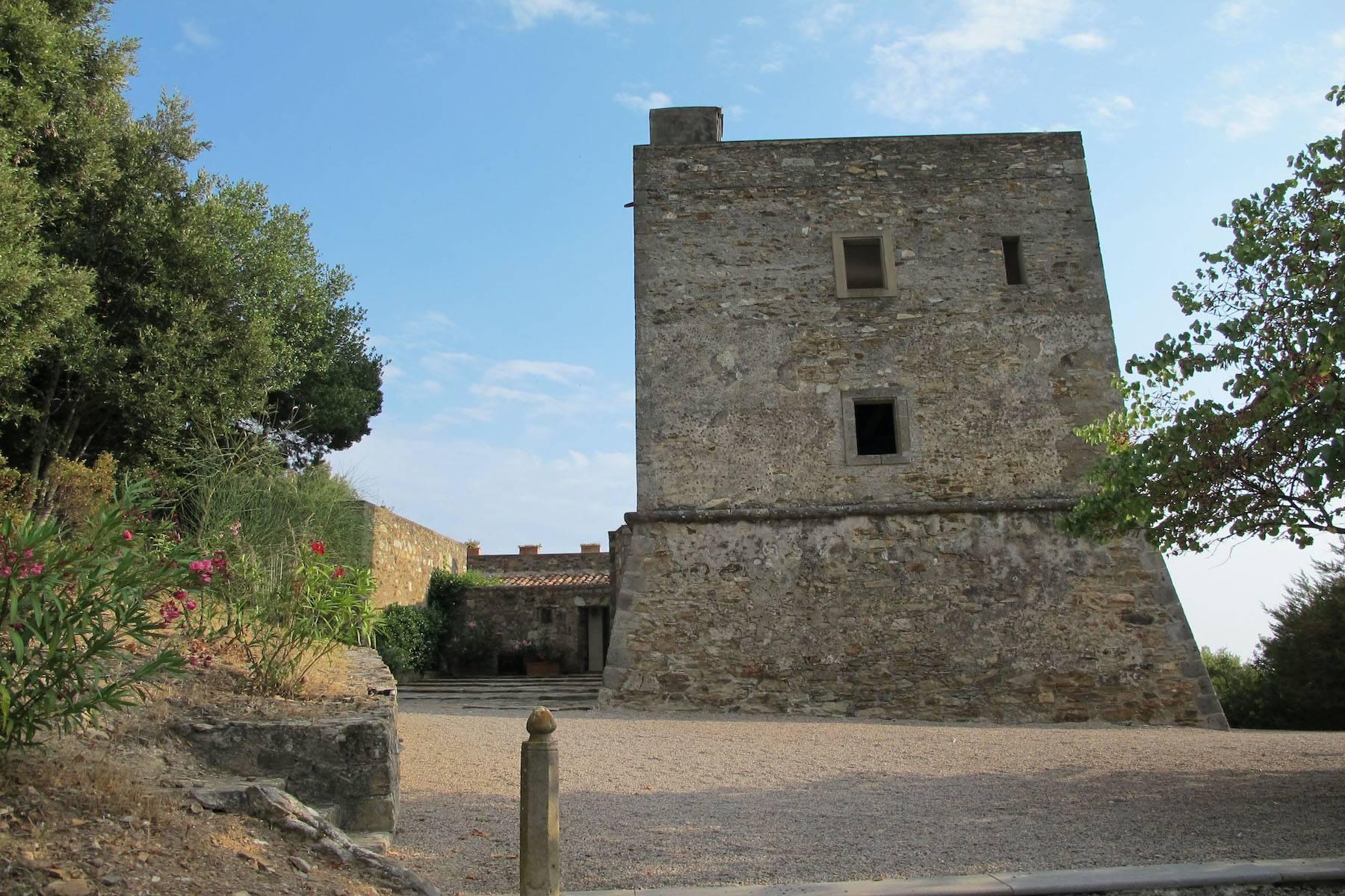 Alter Wachturm aus dem fünfzehnten Jahrhundert mit Blick auf das Meer - 16