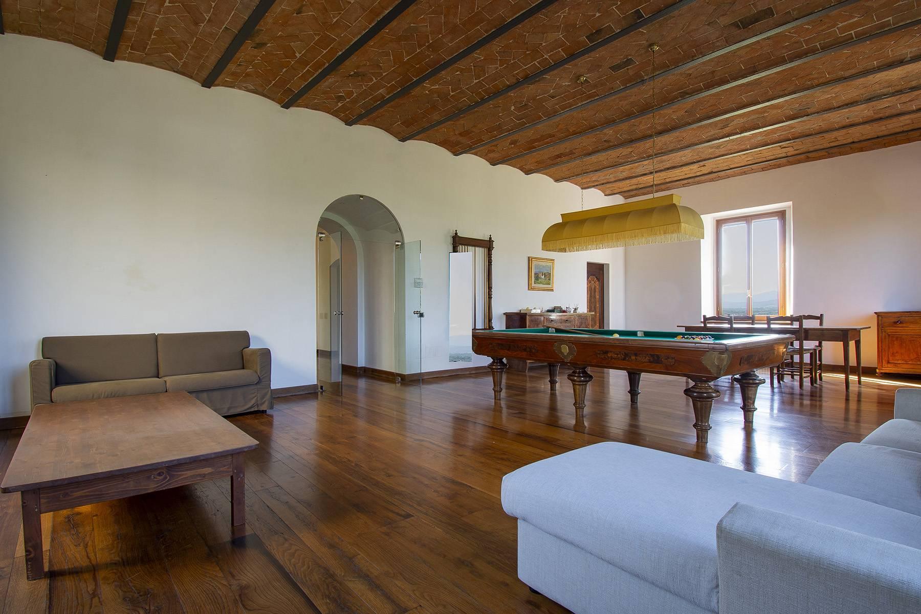 Farmhouse nestled on the Tuscan hills - 9