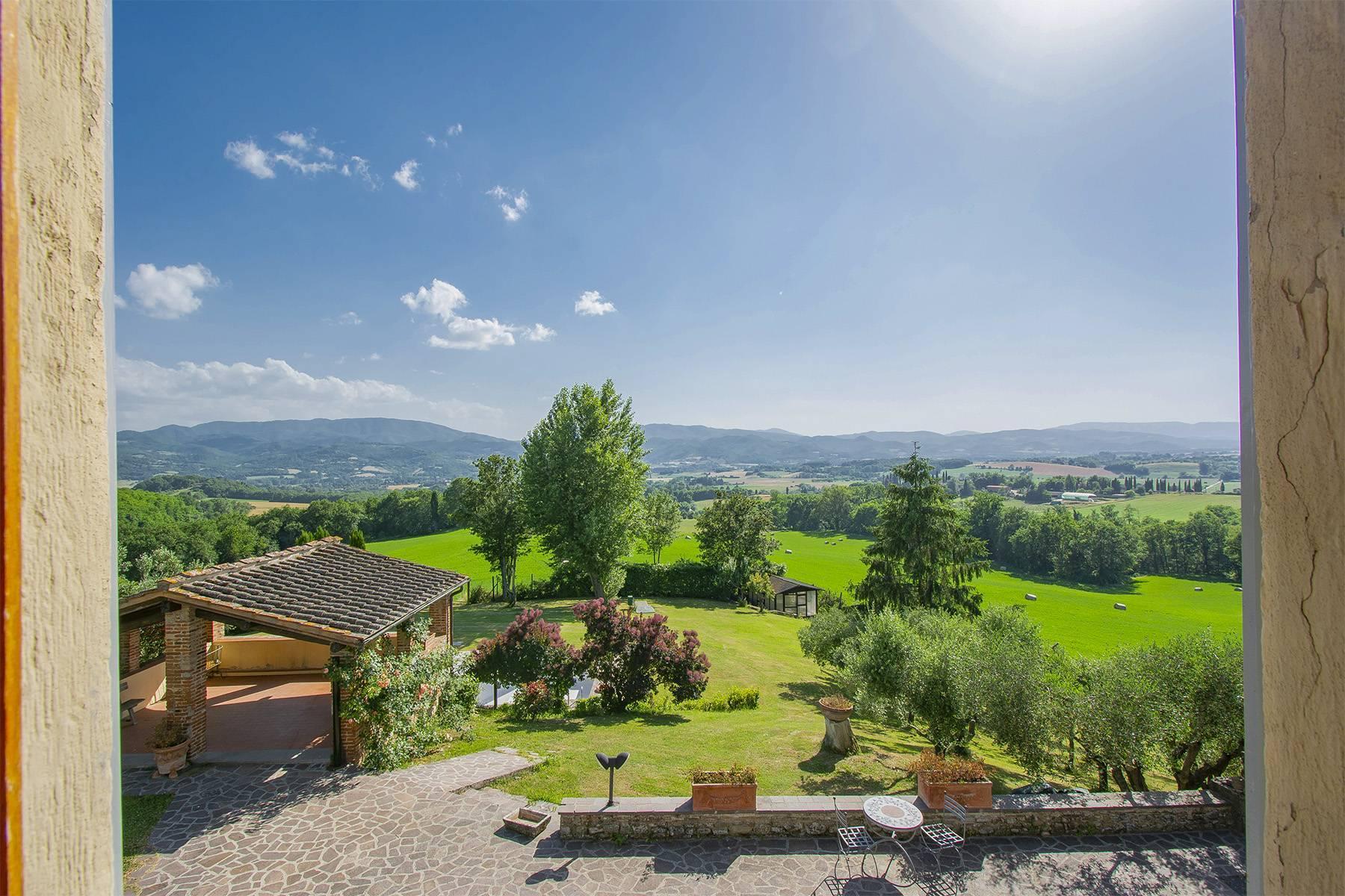 Farmhouse nestled on the Tuscan hills - 6