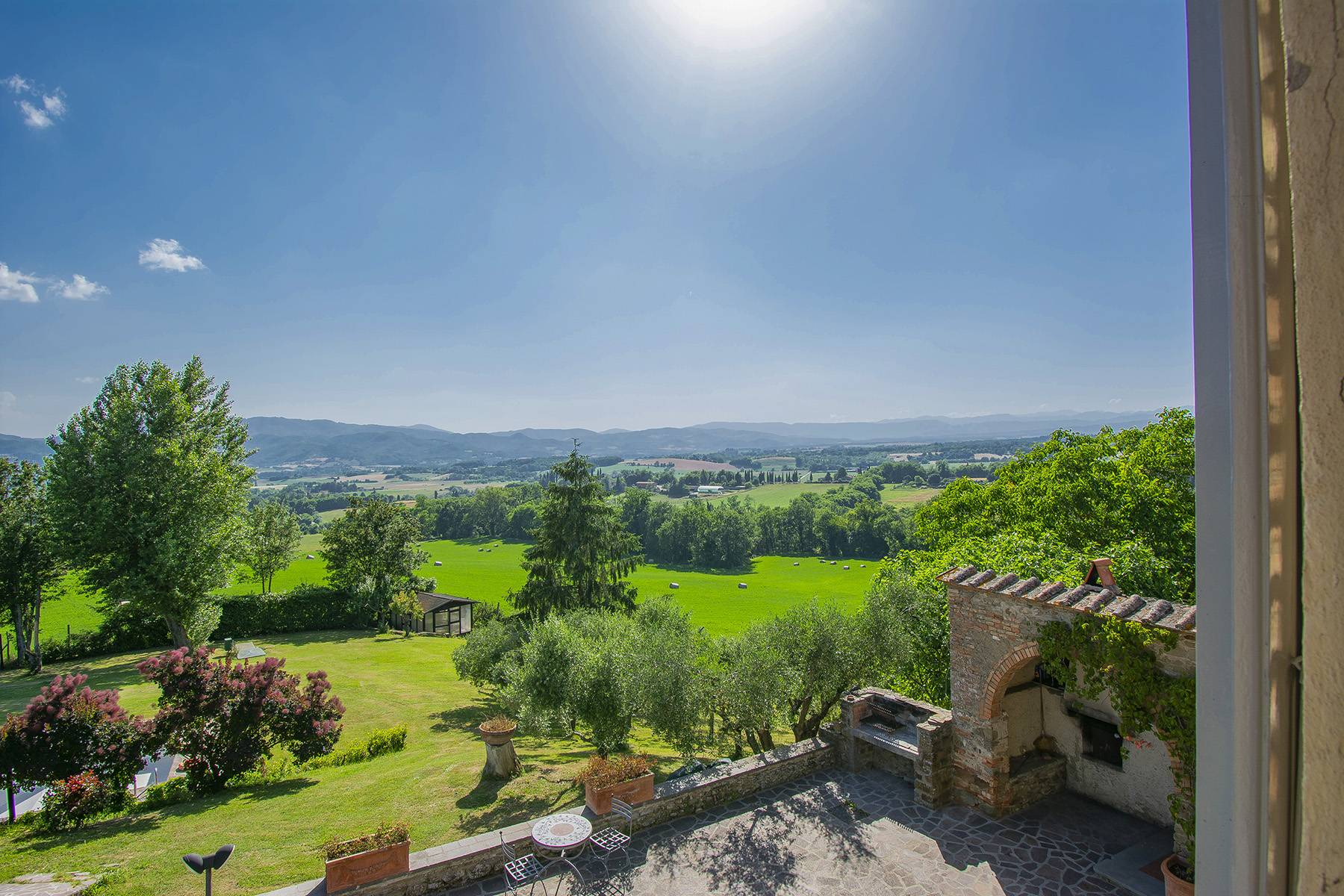 Farmhouse nestled on the Tuscan hills - 13