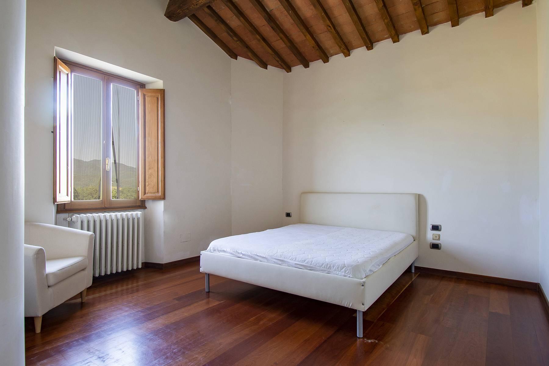 Farmhouse nestled on the Tuscan hills - 16