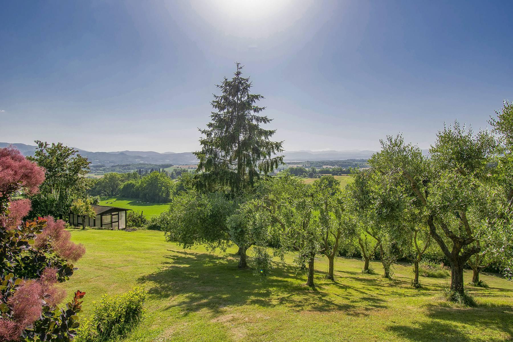 Farmhouse nestled on the Tuscan hills - 24