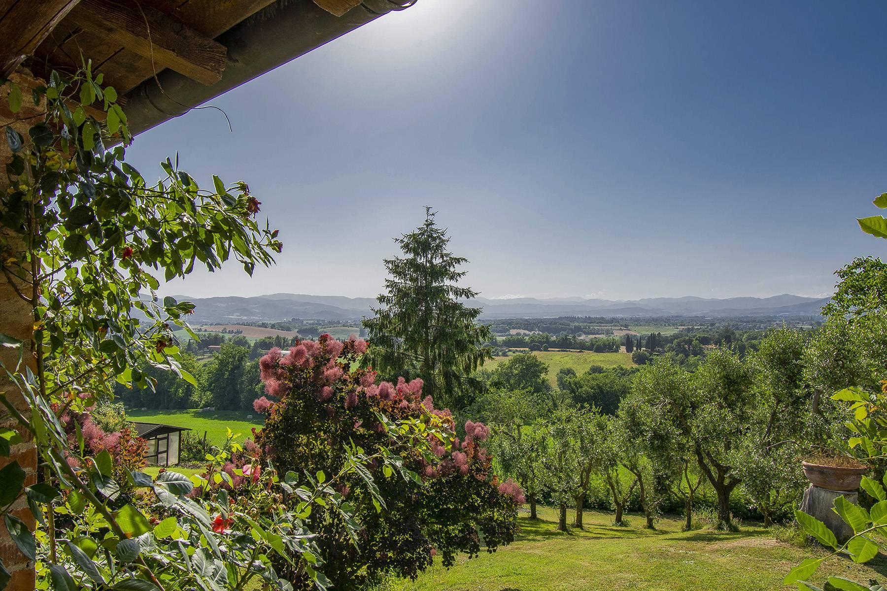 Farmhouse nestled on the Tuscan hills - 25