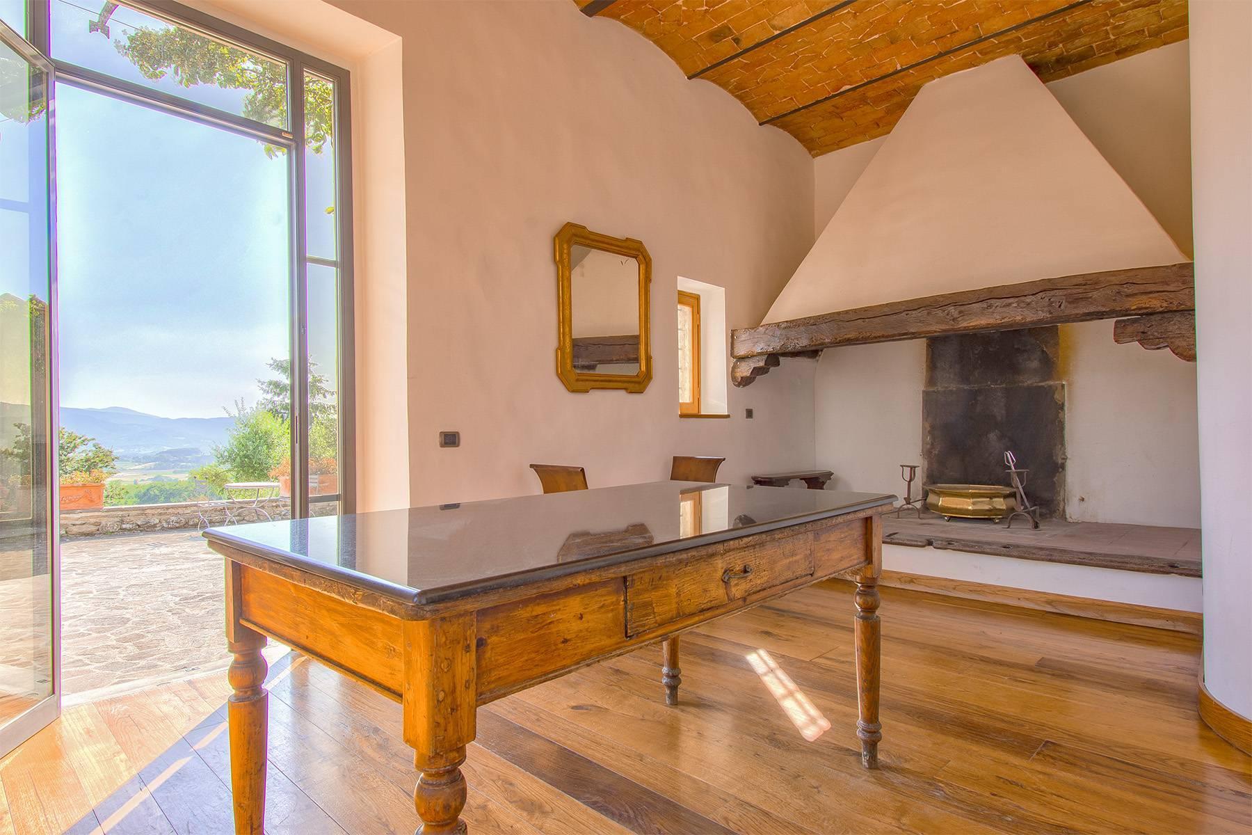 Farmhouse nestled on the Tuscan hills - 8