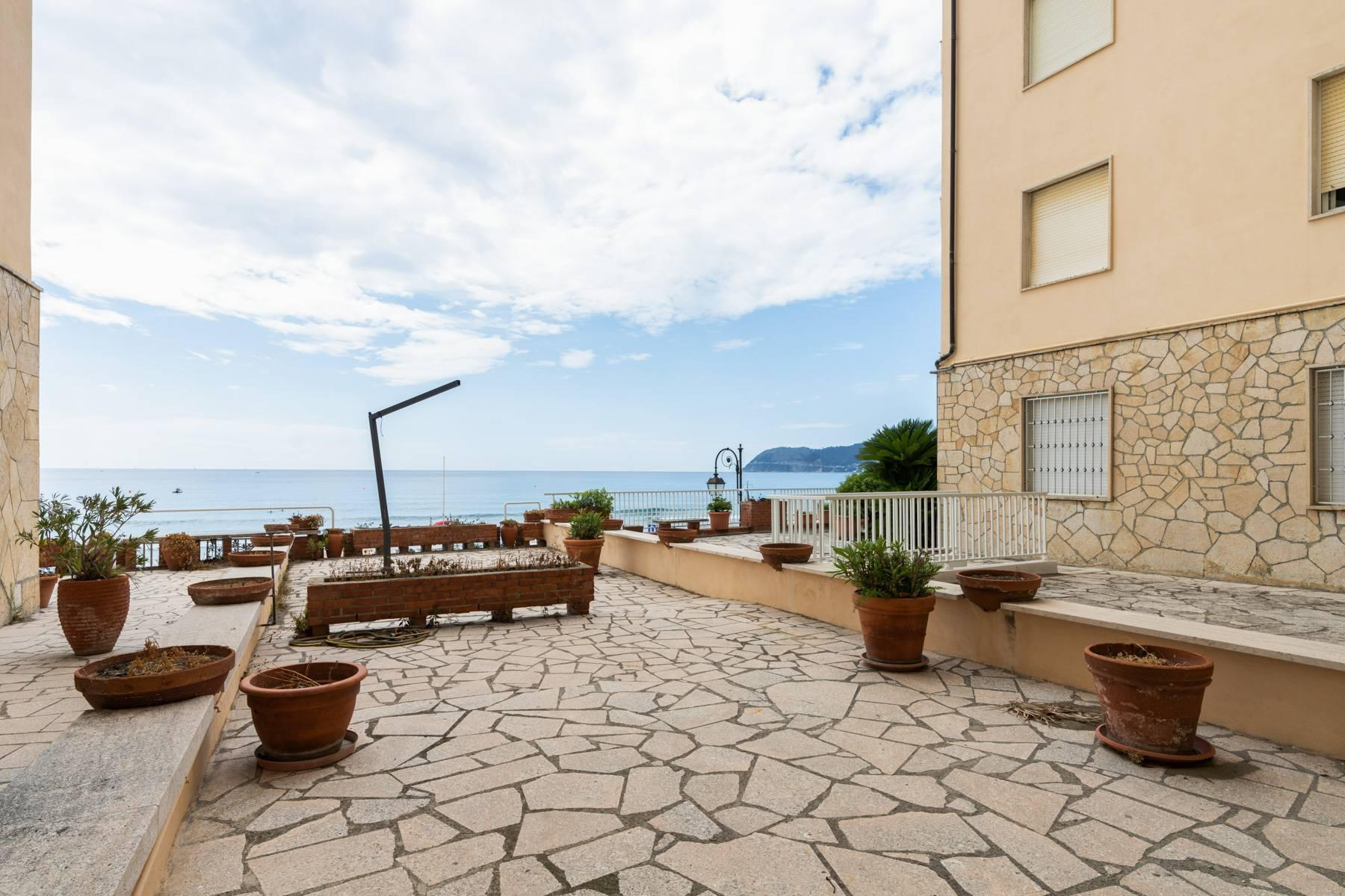 Bright beachfront apartment with a beautiful terrace - 21