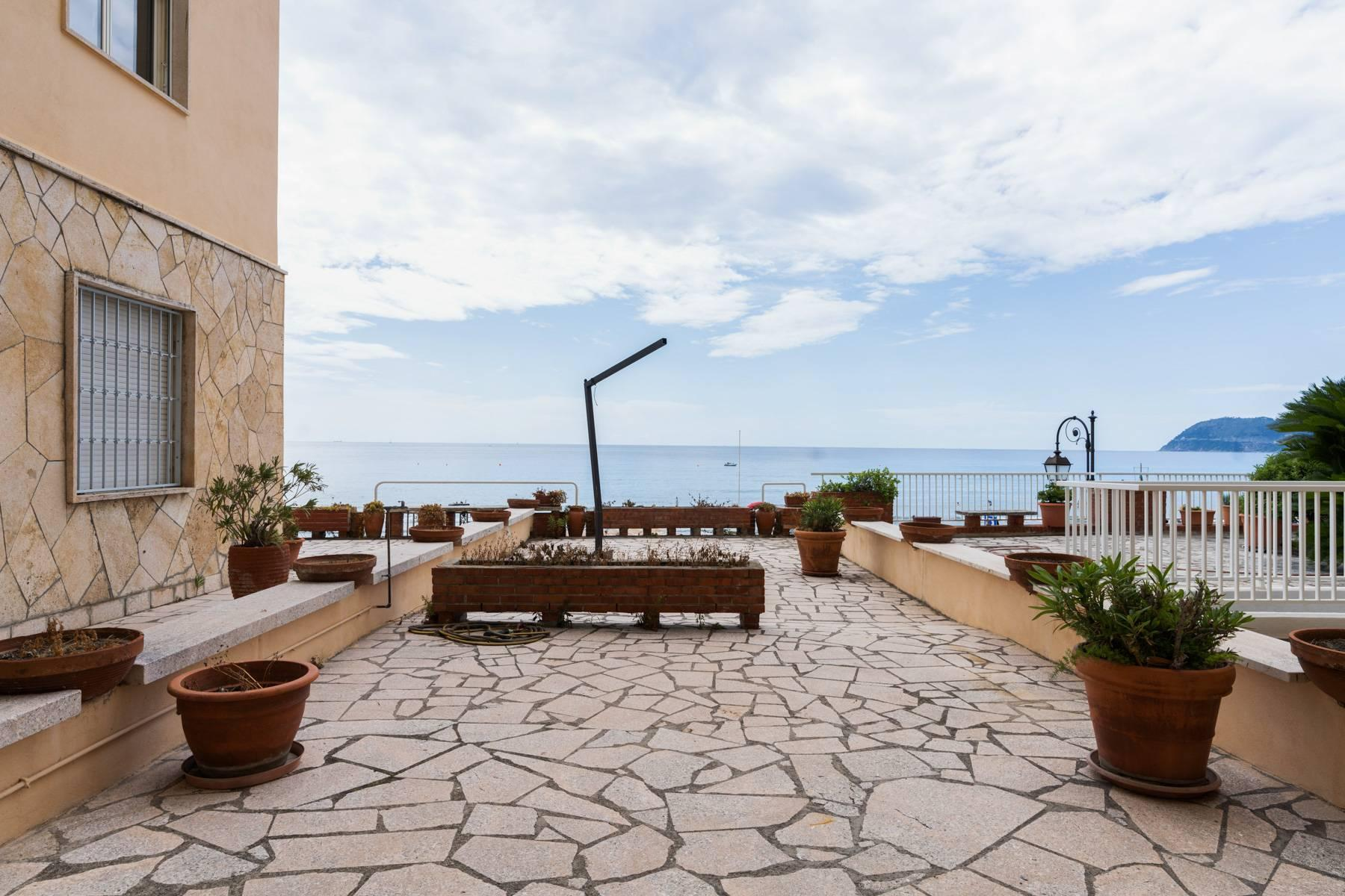 Bright beachfront apartment with a beautiful terrace - 11