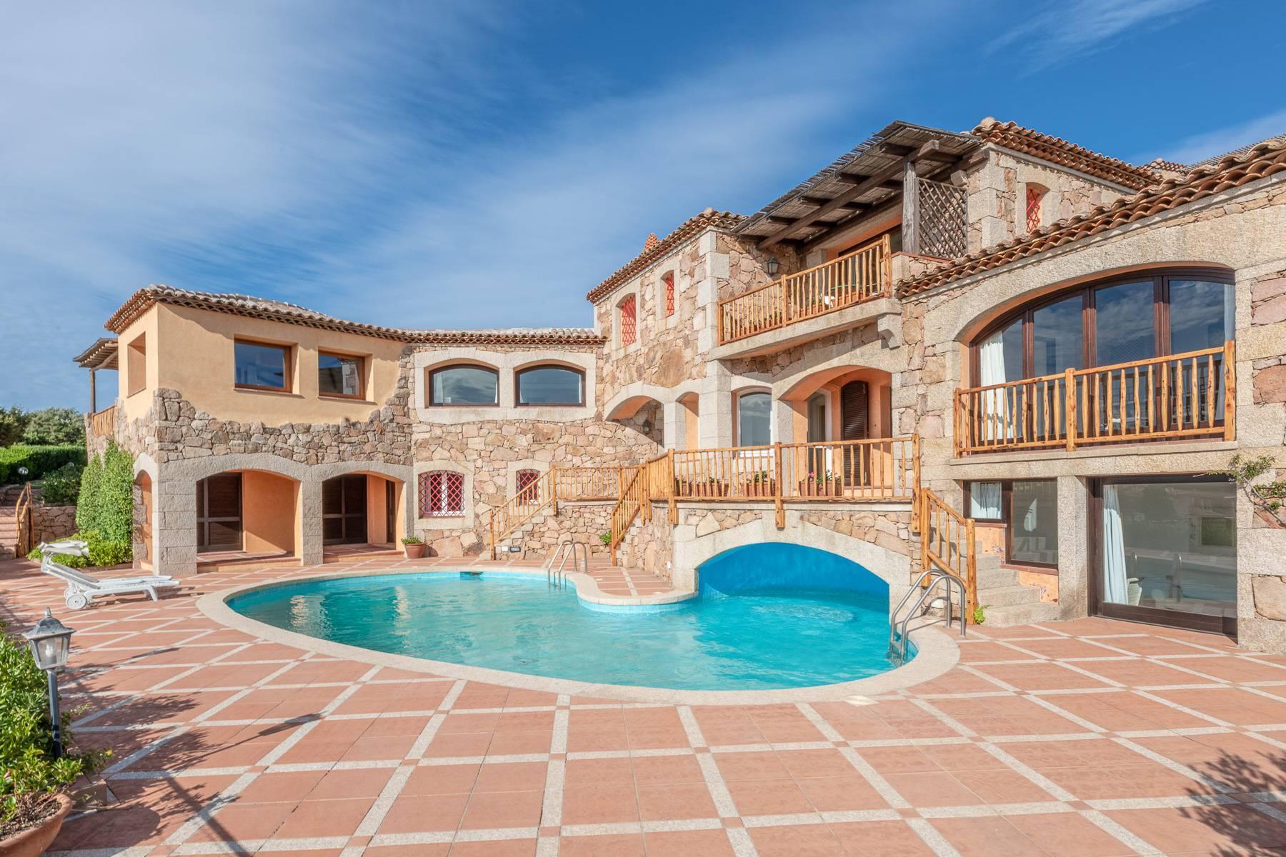 Importante villa indipendente con un impareggiabile panorama, nel cuore di Porto Cervo. - 2