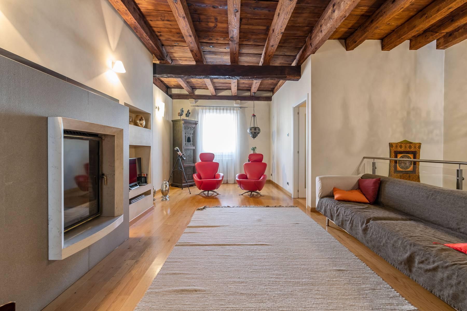 Renoviertes Gebäude aus dem 15. Jahrhundert im historischen Zentrum von Serravalle, Heimat des Malers Antonello Da Serravalle - 4