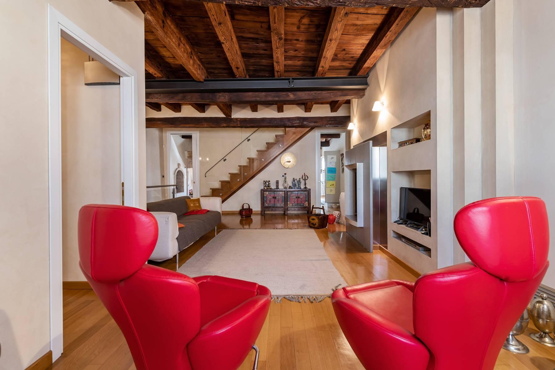 Renoviertes Gebäude aus dem 15. Jahrhundert im historischen Zentrum von Serravalle, Heimat des Malers Antonello Da Serravalle - 3