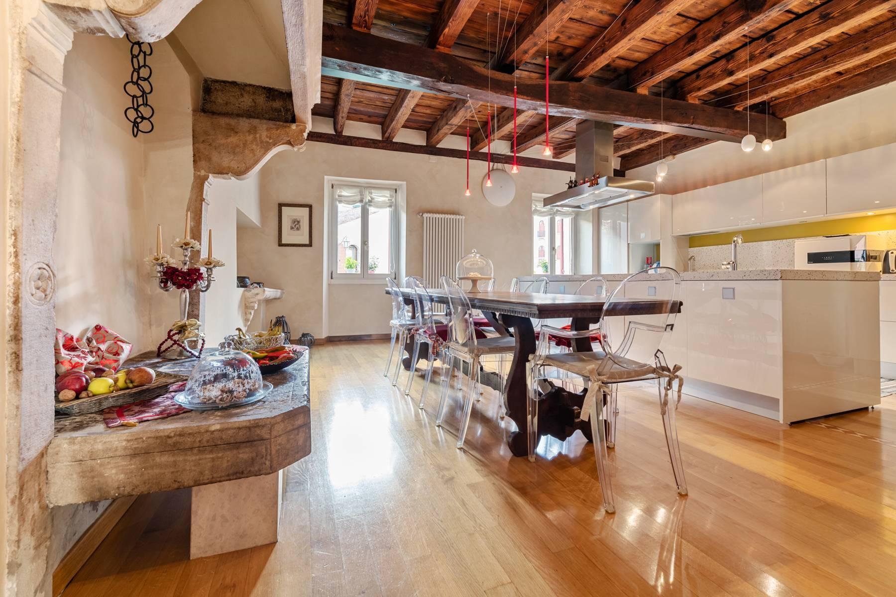 Renoviertes Gebäude aus dem 15. Jahrhundert im historischen Zentrum von Serravalle, Heimat des Malers Antonello Da Serravalle - 6