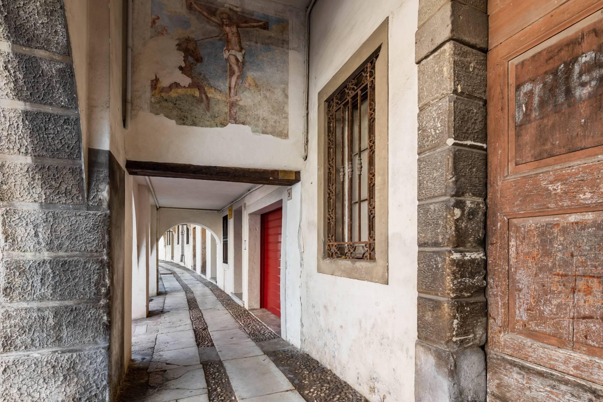 Renoviertes Gebäude aus dem 15. Jahrhundert im historischen Zentrum von Serravalle, Heimat des Malers Antonello Da Serravalle - 23