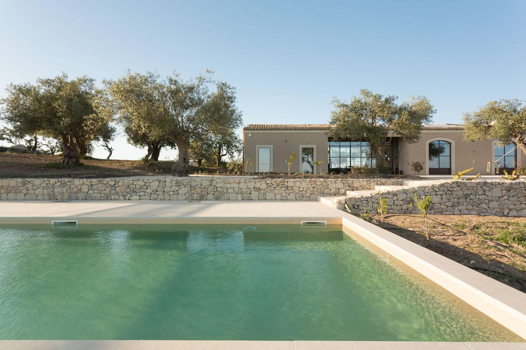 Lussuosissimo casale di design con piscina in Val di Noto - 1