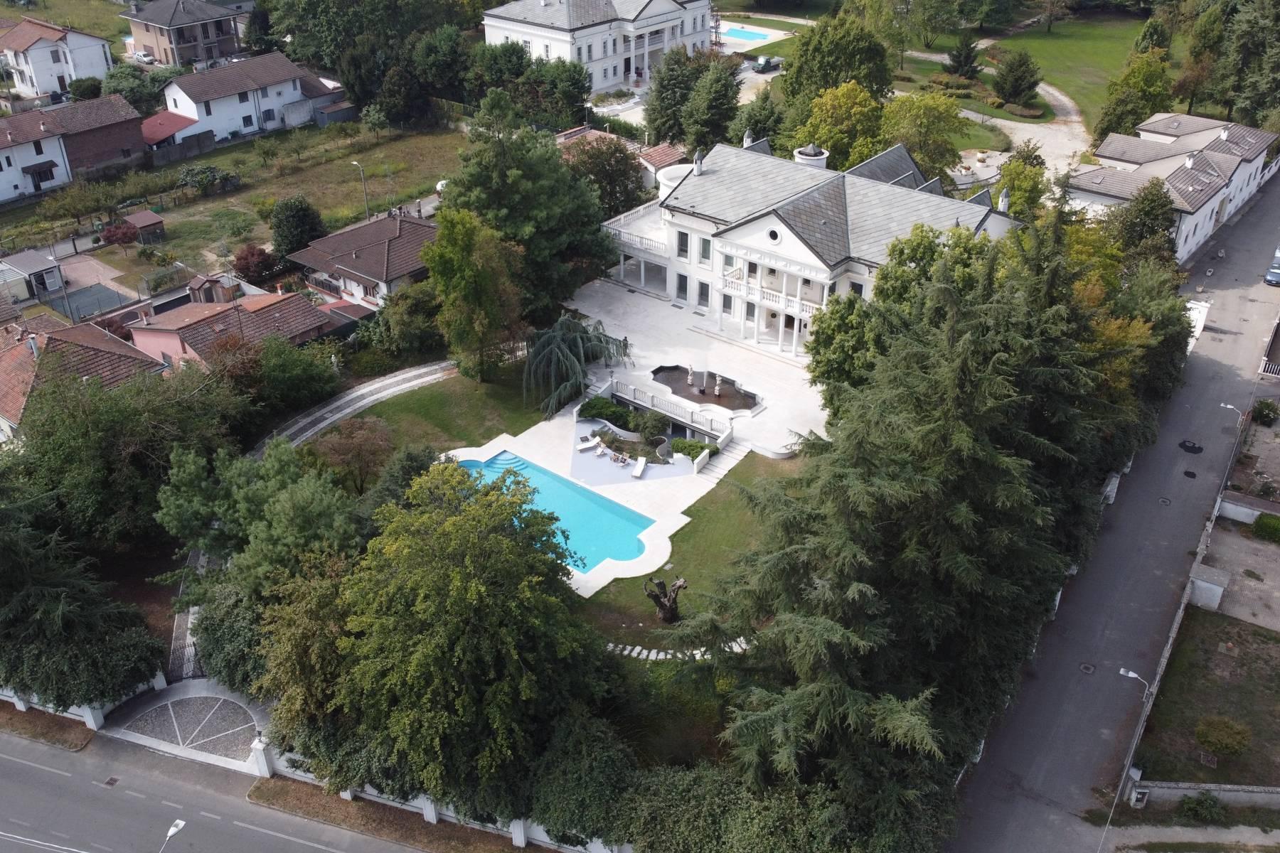 Lussuosa villa neoclassica con ampio parco e piscina - 34