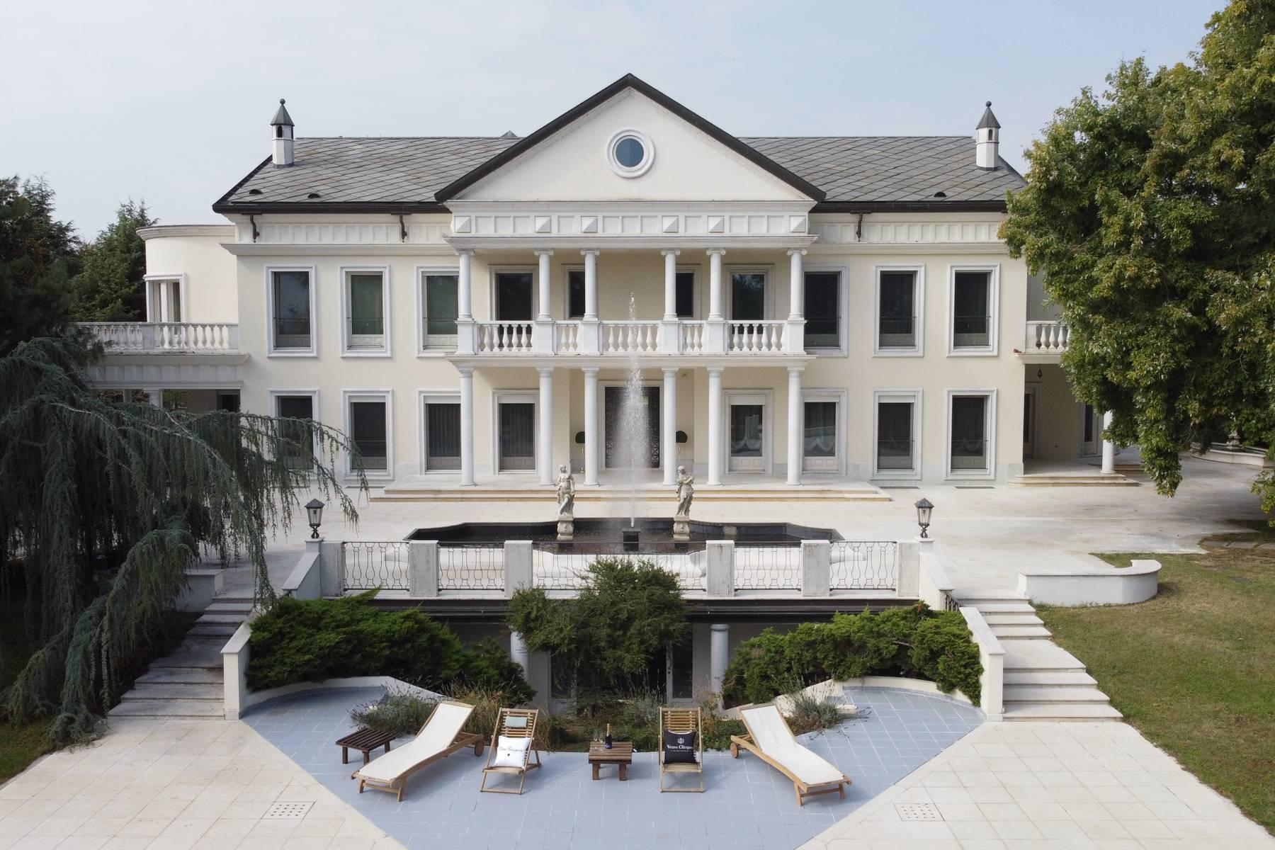 Lussuosa villa neoclassica con ampio parco e piscina - 4