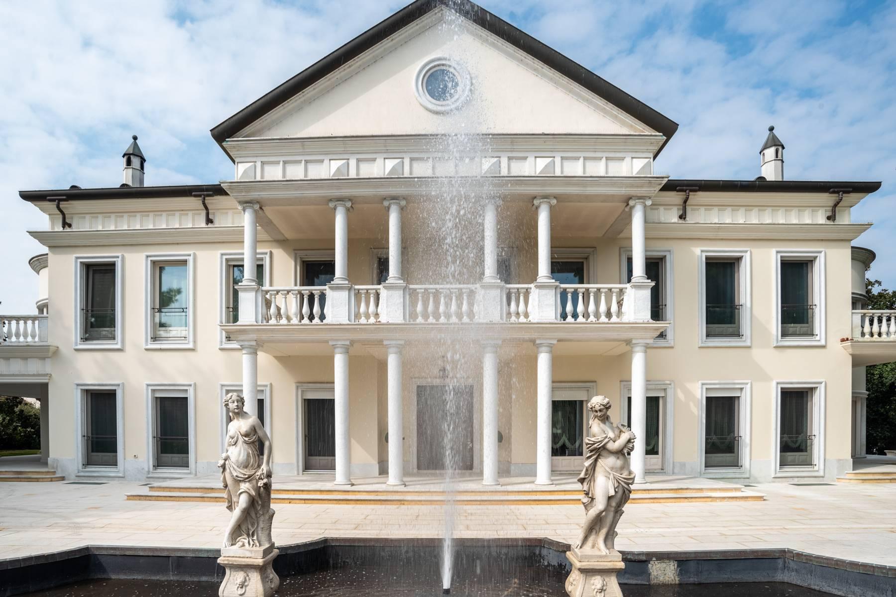Lussuosa villa neoclassica con ampio parco e piscina - 1